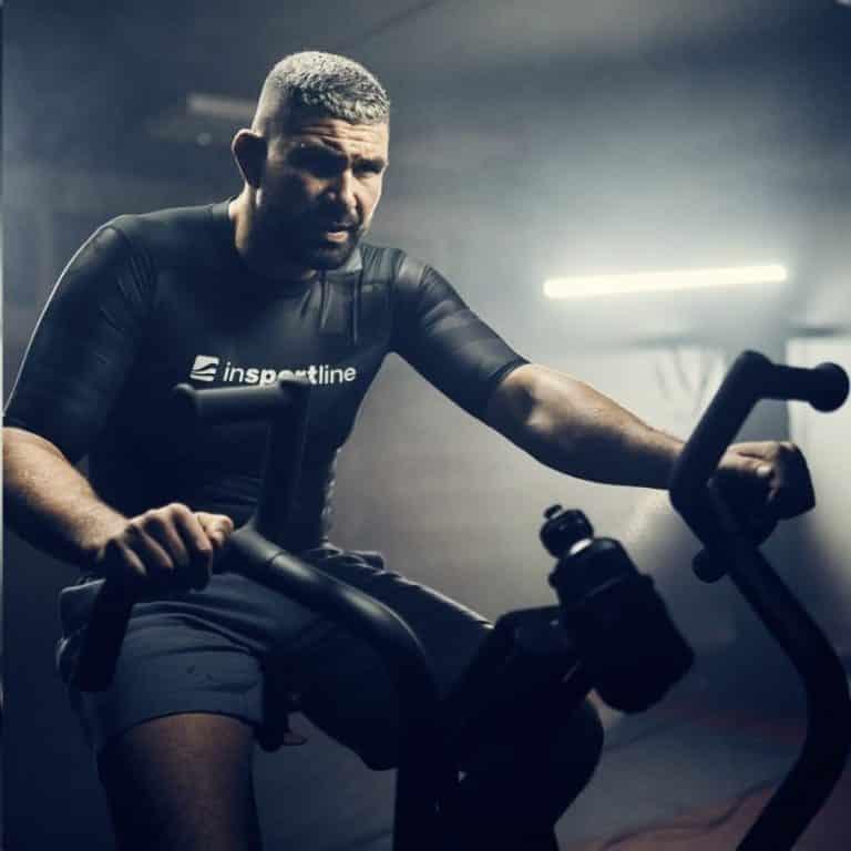 Mand træner på airbike