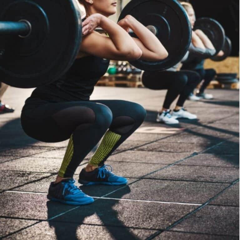 Dame på fitness gulv