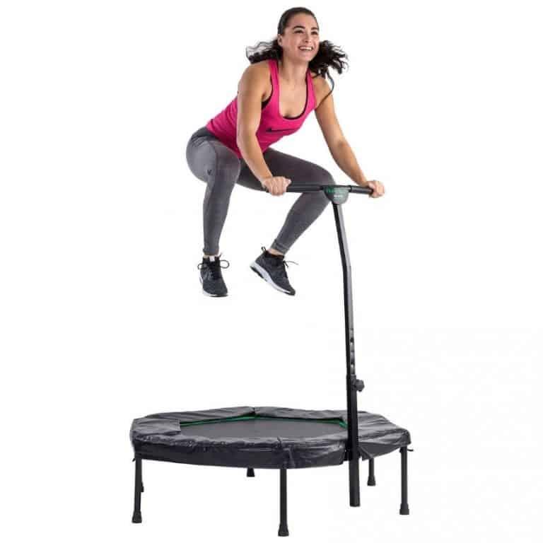 Dame på fitness trampolin
