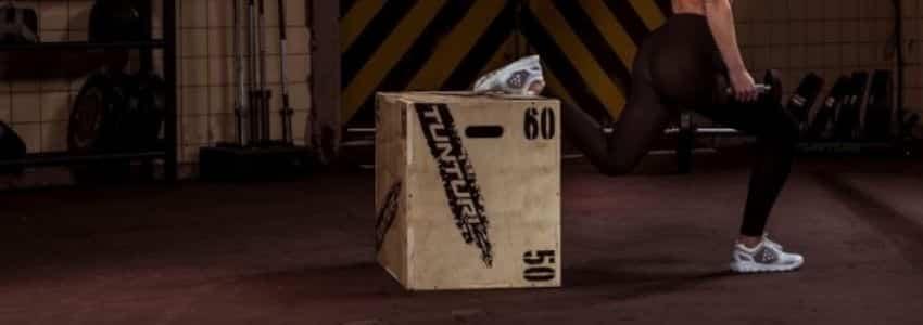 Kvinde der strækker ud med en jump box