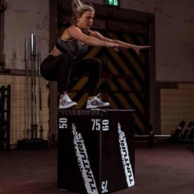 Dame der hopper på sort jump box