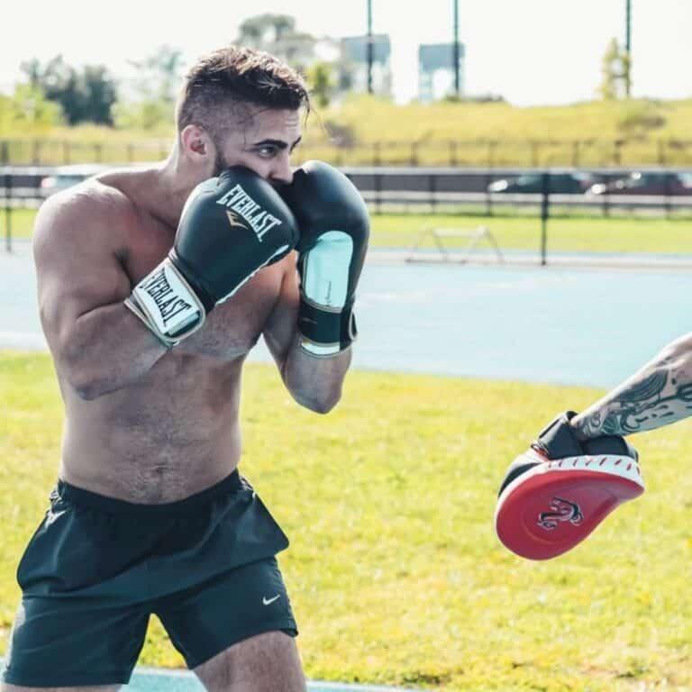 Mand med kampsportsudstyr