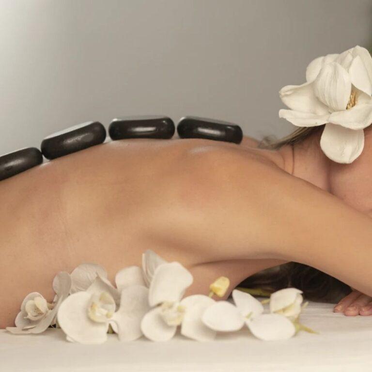 Kvinde med massageudstyr