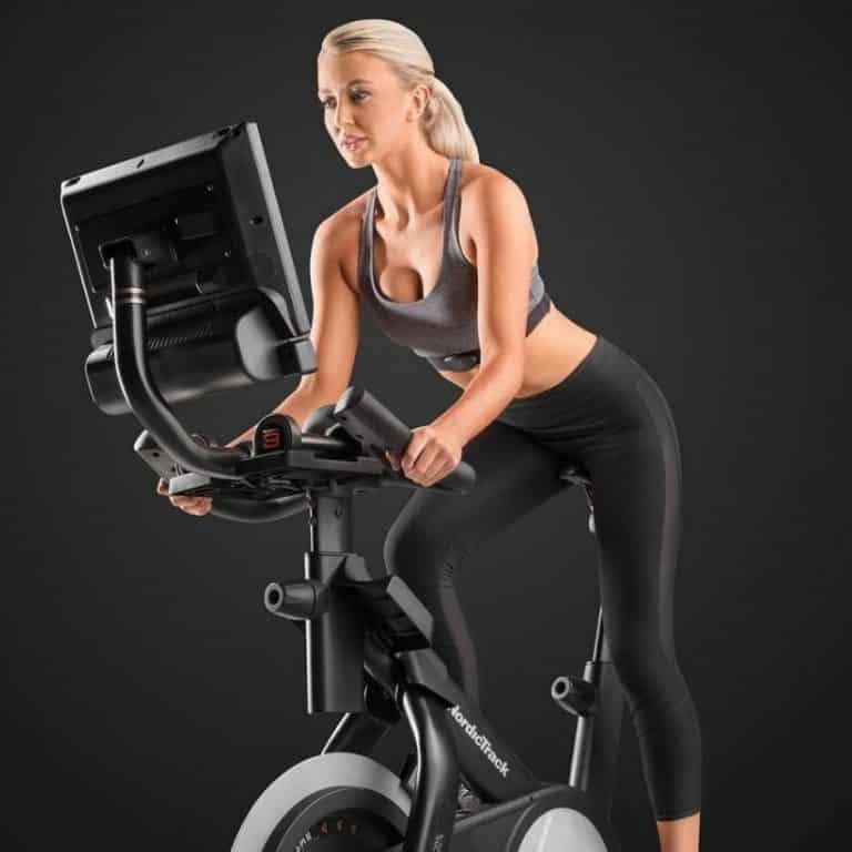 Dame på motionscykel