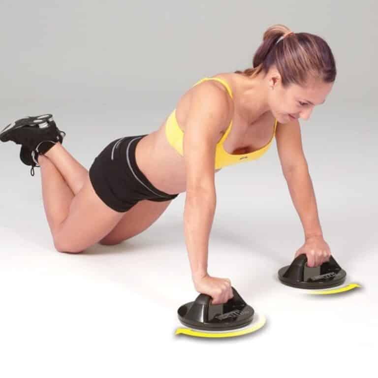 Kvinde på gulv der træner med push up bar