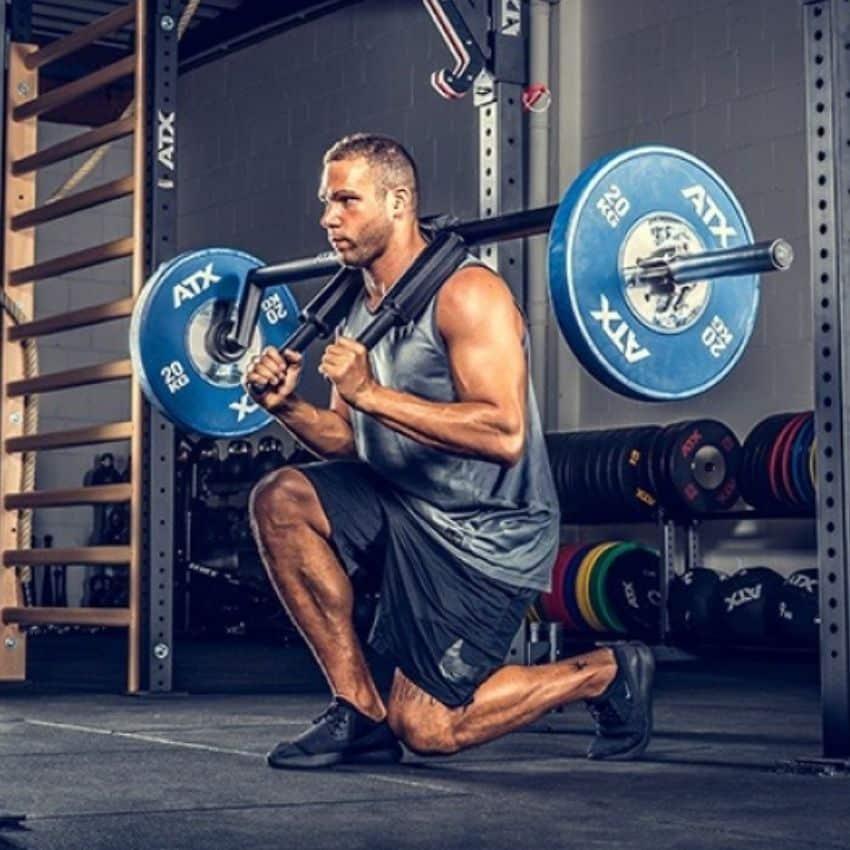 Siddende mand med safety squat bar