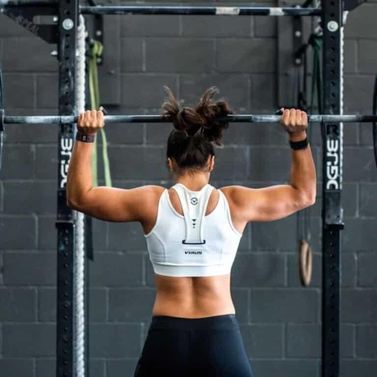 Kvinde der laver skulder øvelser