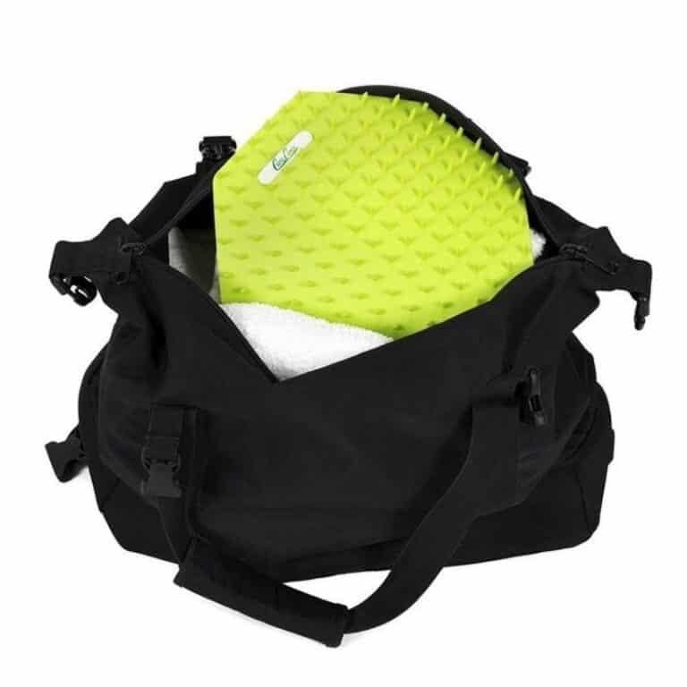 Lille grøn sømmåtte i en taske