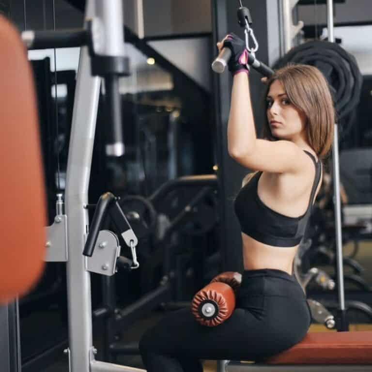 Kvinde med træningsmaskiner