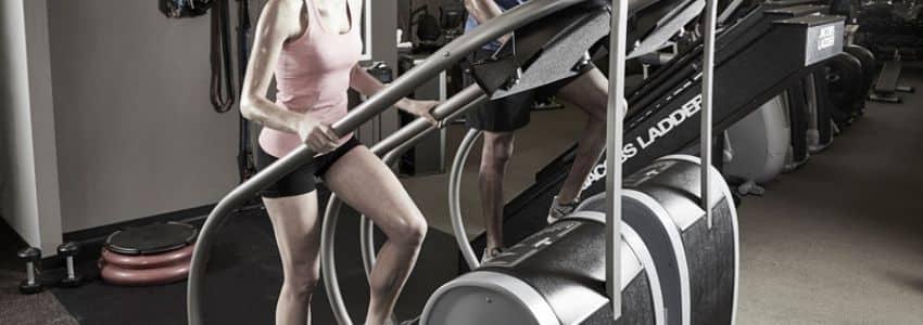 Mand og dame træner med trappemaskine