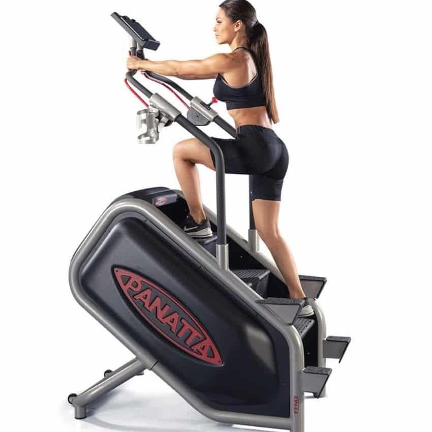 Dame der træner med trappemaskine